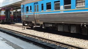 Een passagierstrein komt in Hua Lamphong aan stock videobeelden