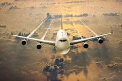 Een passagiersvliegtuig op vlucht over de wolken Royalty-vrije Stock Foto's