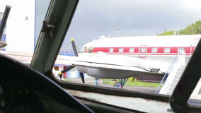 Een passagiersvliegtuig wordt geparkeerd stock videobeelden