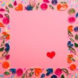 Een patroon van document handwerkbloemen en gekleurde confettien wordt gemaakt die royalty-vrije stock afbeelding