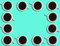 Een patroon van kleine koffiekoppen op een heldere gekleurde achtergrond met copyspace stock foto's