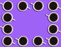 Een patroon van kleine koffiekoppen op een heldere gekleurde achtergrond met copyspace royalty-vrije stock afbeeldingen