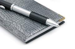 Een pen en een notitieboekje royalty-vrije stock foto's