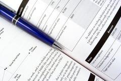 Een pen op het handboek Stock Afbeeldingen