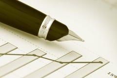 Een pen op positieve het verdienen grafiek (y) stock afbeelding