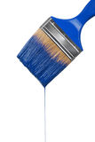 Een penseel dat met blauwe verf druipt Stock Afbeelding