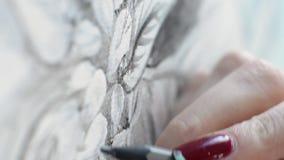 Een penseelstreek voor het schilderen op een beeld stock videobeelden