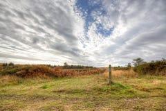 Een perfecte bewolkte hemel op Woodbury Gemeenschappelijk Devon stock fotografie
