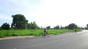 Een personenvervoer een fiets in een duidelijke hemel in Thailand stock videobeelden