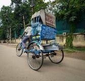 Een personenvervoerdriewieler op straat in Bodhgaya, India stock afbeelding