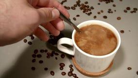 Een persoon beweegt een room in vers gebrouwen koffie stock footage