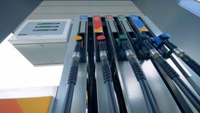 Een persoon brengt een brandstofpistool in zijn pomp aan Benzinebrandstof, benzinestationconcept stock videobeelden