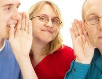 Een persoon die iets fluisteren aan een andere persoon Stock Fotografie