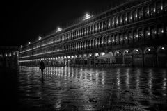 Een persoon die langs een mooie architectuur lopen royalty-vrije stock fotografie