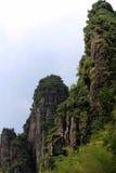 Een persoon die zich bij de bovenkant van de berg bevinden Stock Foto