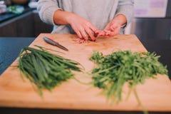 Een persoon kookt groenten royalty-vrije stock afbeelding
