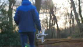 Een persoon in een matroos gaat met een hommel door het bos in slowmotion stock footage