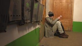 Een persoon zonder een bepaalde verblijfplaats stock footage