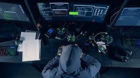 Een persoons barstende computer De hakker barst systeem, gebruikend computer stock footage