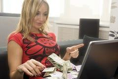 Een persoons enkel gewonnen geld online. royalty-vrije stock foto