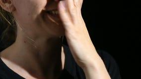 Een persoonsgefluister in de camera Close-up van de lippen gefluister op een zwarte achtergrond stock footage