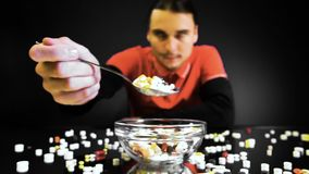 Een persoonszitting voor een kom met pillen gaat als een maaltijd eten stock videobeelden