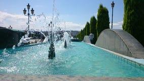 een perspectiefmening van een rij van opeenvolgende fonteinenbomen Stock Afbeeldingen