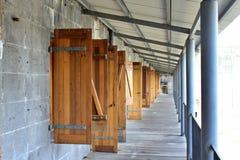 Een perspectiefmening van open die deuren op een rij, van één eind, Citadelfort, Mauritius wordt bekeken royalty-vrije stock afbeeldingen