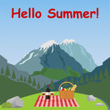 Een picknick in de bergen, een rieten mand met voedsel Royalty-vrije Stock Afbeelding