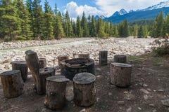 Een picknickgebied langs een rivier in Alberta, Canada Royalty-vrije Stock Fotografie