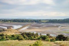 Een pier die van een eiland tot het vasteland in Schotland leiden royalty-vrije stock afbeeldingen