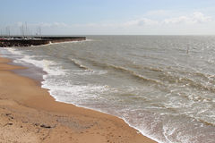Een pier werd voortgebouwd op het strand in Pornic (Frankrijk) Royalty-vrije Stock Foto's