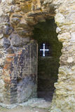 Een Pijl in de muur van de Abdij van de 13de eeuwtitchfield in Hampshire Engeland wordt gescheurd dat naar huis aan een kloosterg royalty-vrije stock foto