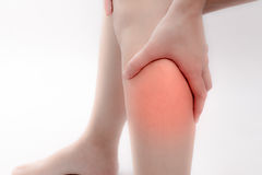 Een pijn in een Aziatisch been in geïsoleerd op witte achtergrond stock foto