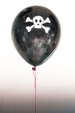 Een piraatballon met een schedel die gevaar en piraterij vertegenwoordigen Stock Foto's