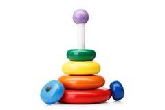 Een piramide bouwt van geïsoleerde ringen, op een witte achtergrond Kleurrijk houten speelgoed voor babys Het leren het stuk spee royalty-vrije stock fotografie