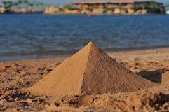 Een piramide van zand Stock Afbeeldingen