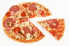 Een pizza met ham en salami royalty-vrije stock afbeelding