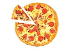 Een pizza met pepperonis royalty-vrije stock foto's