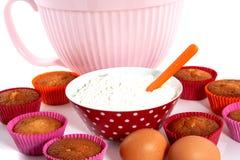 Een plaat met cupcakes en materialen Royalty-vrije Stock Fotografie