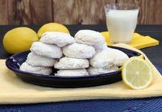 Een plaat met gezoete citroenkoekjes dat wordt gestapeld Stock Foto