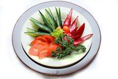 Een plaat met groenten Stock Afbeeldingen