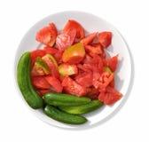 Een plaat met komkommers en tomaten Royalty-vrije Stock Foto