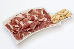 Een plaat met plakken van ham Stock Fotografie