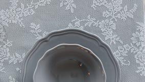 Een plaat op de lijst De decoratie van de lijst Het servet op de plaat Dien het plaatsen in Royalty-vrije Stock Afbeeldingen