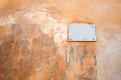 Een plaat op een oude geschilderde geweven muur royalty-vrije stock foto
