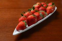 Een plaat van aardbeien op de lijst Royalty-vrije Stock Foto's