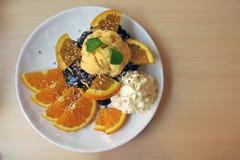 Een plaat van chocolade en oranje toost met wat bovenste laagje royalty-vrije stock fotografie
