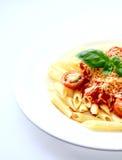 Een plaat van de buizen van pennedeegwaren met rijke tomatensaus Stock Foto