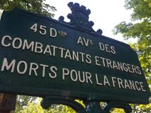 Een plaat van de straatnaam herdenkt buitenlandse vechters stock fotografie